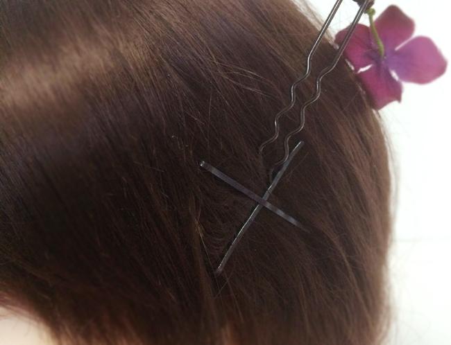 アメピンを地肌の髪の毛と一緒に挟んで留める
