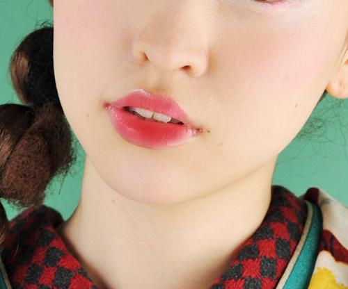 最後にリップは赤を使用し、全体に濃く塗るのではなく、唇の周りはぼかすようにしましょう。そうすることで自然なアンニュイな印象と立体感が生まれます。