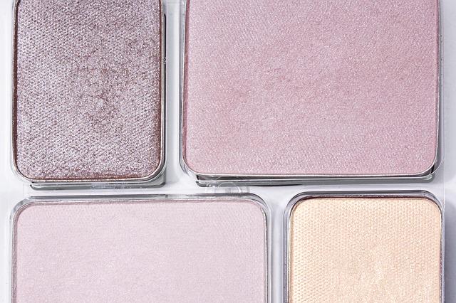 アイシャドゥもアイボリー~薄ピンク系を使い、目の下にも同じ色でラインを引き、はかなげで憂い気な印象にしましょう。