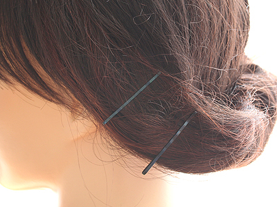 画像のように装着したい箇所の髪に2本のヘアピンを留めます。