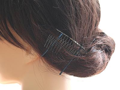 コームを画像のように髪の毛に対して平行な感じをイメージして挿し込みます。
