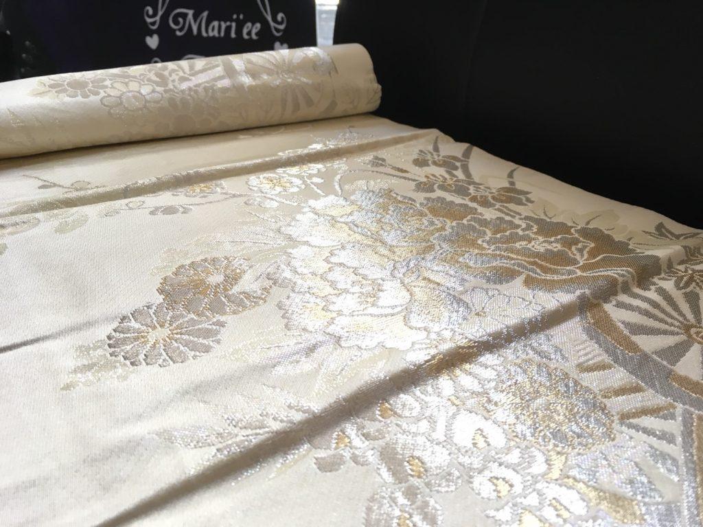 金&銀糸入りの希少価値の高い帯布は、人生のハレの日にぴったりです。